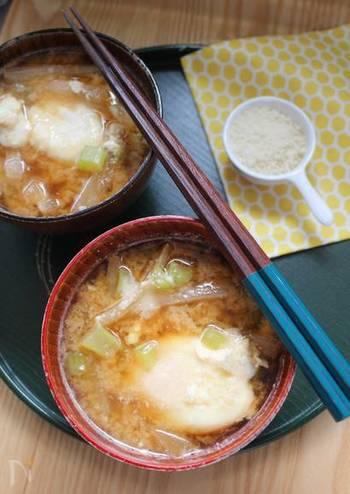 """""""大根と落とし卵のパルミジャーノ味噌汁"""" だしと麦味噌で作ったスープに、パルミジャーノをふりかけていただく、和洋折衷なお味噌汁。和食にも洋食にも合う、濃厚でコクのある一品です。"""