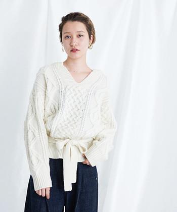 メンズライクな白のざっくり編みの白ニットは、深めのVネックとウエストに巻いたリボンで女性らしさをしっかりアピール。シンプルニットも、リボンでウエストマークするだけで、トレンド感たっぷりの着こなしが楽しめます。