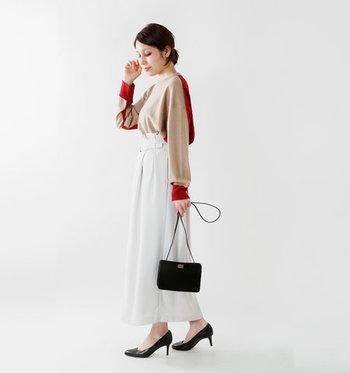 ベージュと赤のバイカラーデザインのニットは、袖やフロントの裾にもバックカラーの赤を取り入れて、前から見てもおしゃれ。シンプルなパンツやスカートと合わせて、大人の遊び心を楽しむコーディネートにチャレンジしてみましょう♪