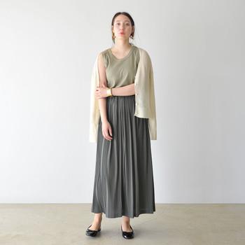 チャコールグレーのプリーツスカートに、カーキのタンクトップを合わせたコーディネート。もちろんそれだけでは寒いので、クールなカラーに柔らかさをプラスするアイボリーのカーディガンを上から羽織っています。もう少し寒くなる時期には、タイツなどのレッグアイテムを合わせても良さそうですね。