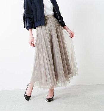 エレガントなコーデや上品な着こなしの強いプリーツスカートですが、実は大人のカジュアルミックススタイルにもぴったりなアイテムなんです。 今回はそんなプリーツスカートのカラー別に、素敵なコーディネートをご紹介します。