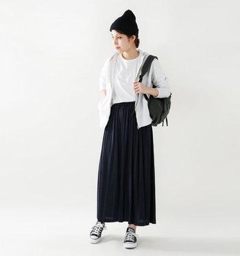 落ち感のある生地で作られたプリーツスカートを白のTシャツ×パーカーを合わせて。小物も、リュックやスニーカー、ニット帽を合わせて、とことんカジュアルにまとめています。