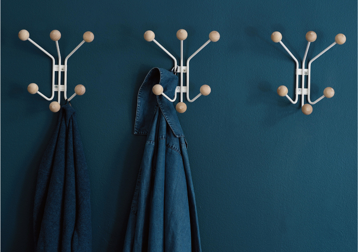 北欧を代表する木材、バーチ(樺)がアクセントウォールハンガー。一つ壁に付ければ、コートや帽子、マフラーなどをまとめて置けて便利そう。