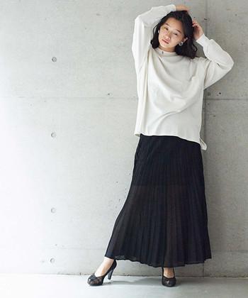レディライクなマキシ丈のプリーツスカートは、白のシンプルトップスと合わせてモノトーンコーデに。ラフなトップスも女性らしく見せるために、ヒールパンプスを合わせています。チェーンバッグなどの小物をプラスしても◎