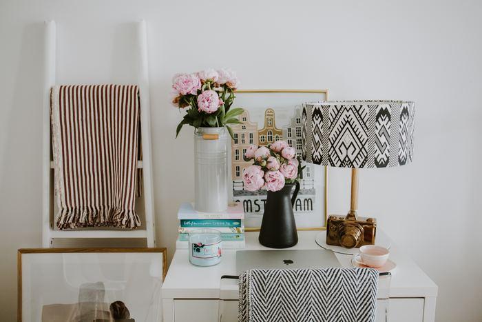 お花を主役にしたデスク上の背景に。お気に入りのアートがあるだけで部屋の雰囲気も、自分の気分もアップしますよね。