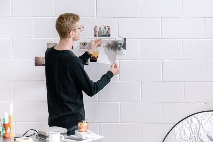 思い出の写真などを壁にぺたりと貼ってみましょう。写真の上に留めて貼るのも良いですし、マスキングテープを丸めて後ろに取り付ける貼り方でも◎。テープが見えない分、スッキリした印象に仕上がります。