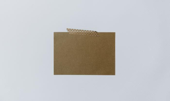 あまり力まずに、ラフにぺたりと貼ると自然な感じで部屋に溶け込みやすいですよ。色紙を柄マステで貼るだけで、立派な壁インテリアに♪