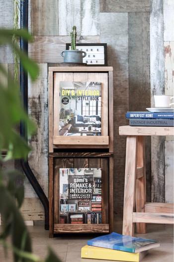 棚の扉部分がディスプレイスペースになっているものは、A4程度のアートピースであればぴったり飾れます!写真のように洋雑誌などを飾ってもおしゃれですが、芸術の秋はアート作品を飾ってよりセンスをアピールしてみませんか?