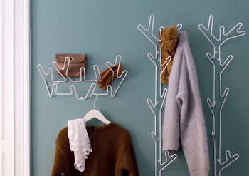 王冠と木の枝をイメージしたハンガーは、物を掛けるだけでなく壁を飾ってくれるアクセントにも。使わない時でもお部屋をちょっと楽しくしてくれるアイテムです。