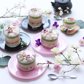 ひな祭りのデザートには、とってもかわいい3層のプリンはいかが?抹茶ミルク、キャラメル、ホワイトチョコに白玉をのせて、食感も味わいも全部楽しめそう!