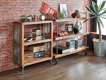 オープンタイプのキャスターつき収納は、本や雑貨など、日常のちょっとした小物を収納するのに大活躍。見える収納として、かごやボックスを置いて飾ってもおしゃれ!