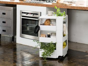 4面すべてに収納できる、ワゴンタイプのキャスターつき収納。機能性に優れているので、キッチンや洗面所など、使う場所を選びません。