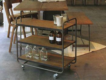 ヴィンテージの家具のような、落ち着いた雰囲気を持つワゴンは、そのまま置いておくだけでもおしゃれなダイニングに♪お客さんが来たときには、サイドテーブルとしても◎