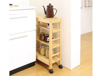 キッチンにぽっかりと空いた狭い隙間に使うことのできる、スリムなキャスターつき収納。調味料入れとしてはもちろん、キッチンで使うちょっとした調理小物を収納するのにちょうど良いサイズ感♪