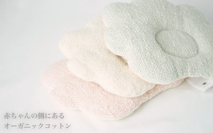 短いオーガニックコットンを紡ぐことで凸凹が生まれ、独特の優しい風合いに仕上がる「ガラ紡のベビー枕」。 他では真似できない優しい風合いがたまりません。素材には100%オーガニックコットンを使用、驚くのは、その中綿までもがオーガニックコットンで作られています。赤ちゃんのことを考え、赤ちゃんにとって安心&安全であることが、赤ちゃんは勿論、ママにとって何よりも大切です。きっと、この枕なら、赤ちゃんも心地よい眠りについてくれそうですね!