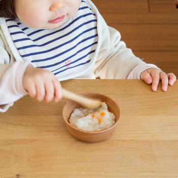 国内の工場で、ひとつひとつ手作業で無垢の木から削り出して作られている器達は、割れにくく、とても軽くて、口当たりも柔らか。赤ちゃんが、初めて使う食器におすすめのひとつです。 お皿の素材は、こげ茶色のウォールナットと、あか茶色のチェリーの2種類がラインナップ。とっておきの贈り物になりそう…。