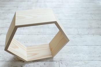 木枠のようなデザインのこちらはハニカムシェルフ。 DIYキットも販売されているようなので、利用してみるのも良いかもしれませんね。