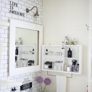 こちらは洗面台周りの様子です。シェーバーや歯ブラシなど並べていてもすっきりとしておしゃれなのは、置くモノに合わせて作られた棚にあるのではないでしょうか。 雰囲気に合った小物や花が良いアクセントになっていますね。
