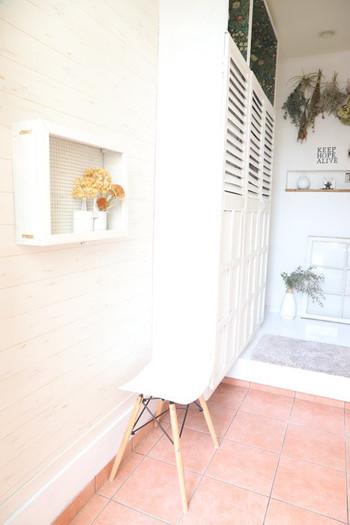 玄関は来客もあるし、家族にとっても大切な場所。 殺風景になりがちな壁面はスワッグで爽やかさをプラス。