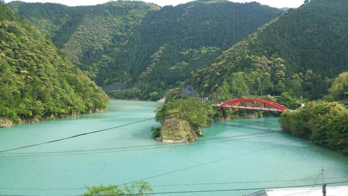 日本一大きな村である十津川村。この十津川村にある十津川温泉、湯泉地(とうせんじ)温泉、上湯(かみゆ)温泉の3つの温泉を総称して十津川温泉郷と呼ばれています。  2004年に全国で初めて「源泉かけ流し宣言」をしており、十津川温泉郷にある25の温泉施設は、全て源泉かけ流しで、加水・加温や循環はしていません。