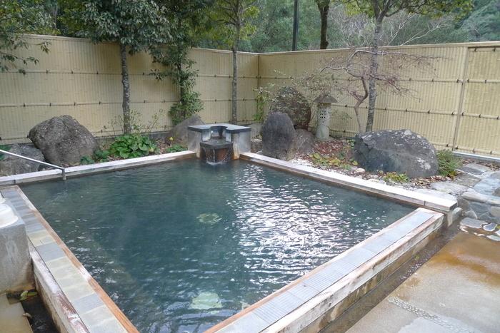 十津川村でも特に旅館やお店が多い十津川温泉。泉質はナトリウム炭酸水素塩泉で、少し白濁しています。こちらの「十津川温泉ホテル昴」は露天風呂の他、サウナや寝湯、うたせ湯など他の施設も充実しています。