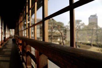 長い板貼りの廊下に木のガラス戸と、明治の趣きが楽しめる建物です。