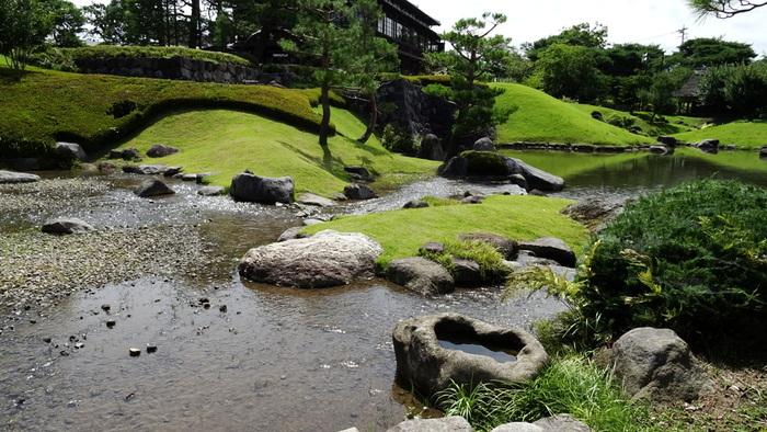 明治時代に迎賓館として建てられた本館のほか、茶の心「わび」に徹した草庵茶室、のちに貴賓館として建てられた別館があり、川のある日本庭園も楽しめます。