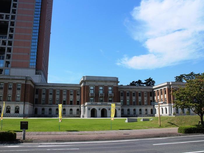 広い敷地に現庁舎や昭和庁舎、警察本部に県議会、県民広場や公園、会館までが集結する群馬県庁。昭和3年に建設された昭和庁舎はレンガ貼りの趣きある近代建築で、NHK大河「花燃ゆ」や「ドクターXシリーズ」など人気ドラマのロケ地としても登場しています。