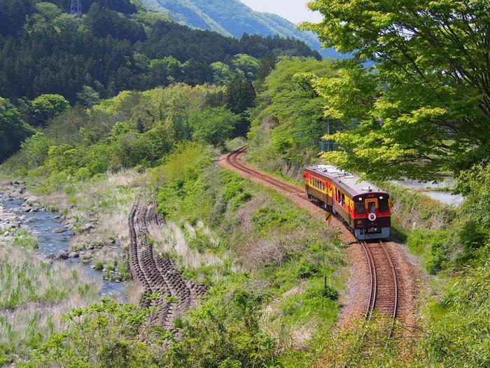 群馬県桐生駅から栃木県間藤駅を結ぶわたらせ渓谷鐡道。美しい渓谷沿いに走るチョコレート色の電車やトロッコ列車から、雄大な自然美を満喫できるおすすめスポットです。