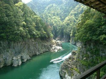 吉野の山奥だからこそ味わえる景色も見所。 十津川温泉郷近くにある瀞峡(どろきょう)は、エメラルドグリーンの水と荒々しい岩壁、そして豊かな緑が織り成す絶景が広がっています。