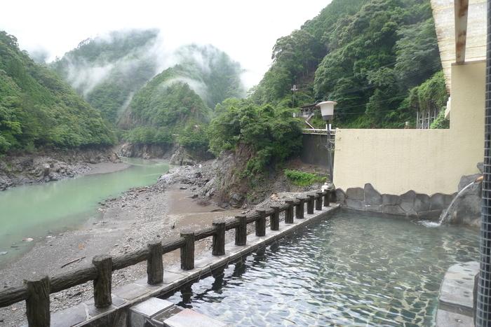 秘湯、というと奥地にあって行きにくいイメージはありませんか?実は日帰りもできてしまうほど近場でも、自然を感じながら露天風呂に入ることができる温泉地が関西にはいくつもあるんです。