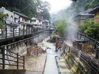 日本最古の湯とされる湯の峰温泉。なんと1800年前に発見されたのだそう。以後、熊野詣の際に訪れられることも多く、古来より旅人達の疲れを癒してきた温泉です。