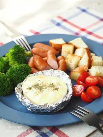 秋〜冬に食べたくなるチーズフォンデュが、簡単にカマンベールとアルミホイルで作れます!お野菜やパン、ウインナーなど好きな具材をトロトロチーズと一緒に召し上がれ♪