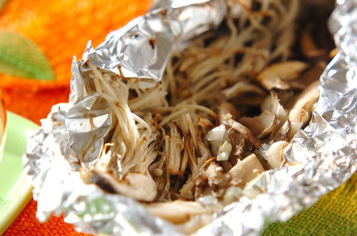 秋の味覚、キノコをたっぷり使って、ホイルで焼くだけの簡単レシピ!キノコは数種類組み合わせると、さらに香り高く仕上がります。家ではオーブンで、BBQでは炭の近くに置いて焼きましょう。