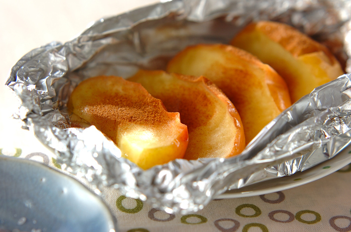 デザートにもぴったりな、旬の果物リンゴのホイル焼き!こちらもBBQで作る時はアルミに包んで炭の近くに置くだけ。シナモンパウダーをふりかけて熱々を頂きましょう。