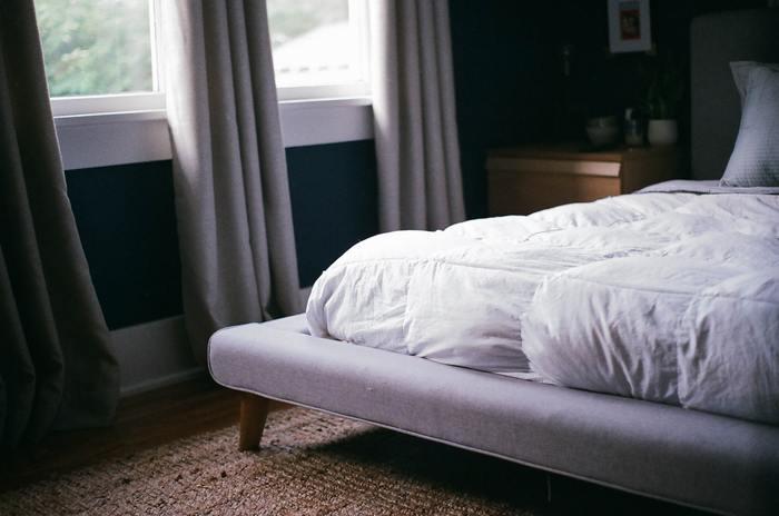 ベッドリネンは肌触り、色、デザインにこだわるのが◎ 見た目が整っていればベッドに入るのが楽しみになりますし、ぐっすり眠れるでしょう。