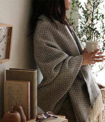 体を冷やさないことも大切です。深夜から明け方にかけては気温が下がりやすくなります。 寒気を感じたらすぐ対応できるよう、ベッドにブランケットの準備を。 また、素足だと冷たく感じることもあるので、足元にはルームシューズがあると良いですね。