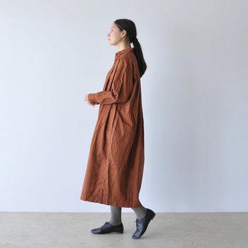 ゆったりと着られるブラウンのワンピースは、体型カバーとしても活躍してくれる一枚。ワンピースとして着るのはもちろん、ボタンを開けて羽織として使うのもおすすめです。グレーのタイツが、秋らしいカラーリングになっています。