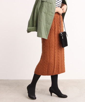 寒い日が多くなってくると、秋冬ファッションが気になりはじめますよね。そんな時についつい目についてしまうのが、ブラウンやカーキなどのアースカラー。シックで控えめな色味のアイテムは、大人感も季節感も◎ 今回はそんなアースカラーのお洋服を取り入れた、大人のコーディネートを色別にご紹介します。