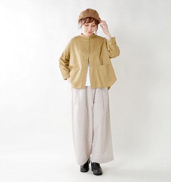 シャツのように見えるベージュのライトアウタージャケットを、同じくベージュのワイドパンツと合わせて。柔らかい雰囲気のコーディネートに、黒のシューズと茶色のベレー帽が程良いアクセントになっていますね。