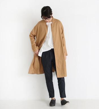 シャツ感覚で羽織れるライトアウターのコートは、キャメルを選べば即トレンド顔に。白トップス×黒ボトムスのシンプルなモノトーンコーデも、キャメルの面積が広くなることで洗練されて見えますよね。