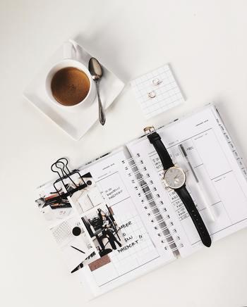 おすすめの方法は手帳を活用すること。 すぐ解決できない長期戦の悩みは、客観的に問題を把握したり解決に向けて計画をしっかり立てることが大切。 手帳をうまく活用することで、ポジティブな気持ちでベッドに入れるようになるでしょう。