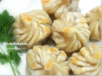ジョージア(旧称グルジア)の餃子は「ヒンカリ」。形としては小龍包に似ています。ただ、一般的な小龍包に比べるとかなり大きく、大人の握りこぶしくらいはあるのが特徴です。小龍包と同じく中にはたっぷりの肉汁が。そして具には香菜がたっぷり使われています。