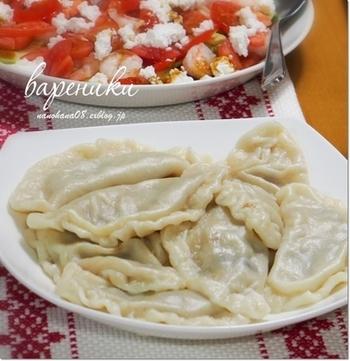 ボルシチと並ぶウクライナの伝統料理である「ヴァレーニキ」。こちらはゆでて食べる水餃子スタイル。特徴はその具で、キャベツ、肉のほか、じゃがいもや豆類、さらには果物が包まれることもあるとか。