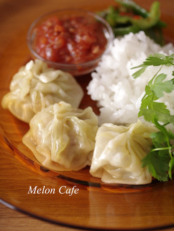 ネパールカレーのお店などで見かけたことがあるでしょうか。チベットやネパールで食べられる蒸し餃子がモモです。小龍包のような包み方とサイズで、マトンの肉や野菜が具に使われています。数種類のスパイスを使うことで味の特徴が出ます。