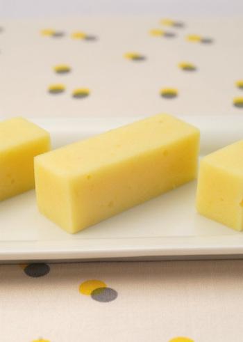 芋羊羹は意外と簡単にできる和スイーツですよ。こちらは牛乳を使った、やわらかくなめらかな芋羊羹のレシピ。寒天で冷やし固めたら、好きな大きさに切って盛り付けましょう。
