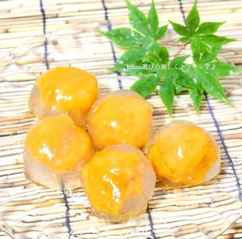 つるんとした透明なフォルムの中の黄色が鮮やか♪カボチャのあんこを包んだ水まんじゅうのレシピです。カボチャあんは電子レンジで作れますよ。寒天と片栗粉があれば、水まんじゅうの皮もお手軽に完成。冷蔵庫で冷やすときは、食べごろになったところで食卓に運ぶと透明感を維持できます。