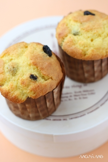 こちらは朝食にもおすすめ、カボチャ風味のマフィンです。こちらのレシピではパンプキンパウダーを使っているのが特徴。カボチャの風味が全体に行き渡り、ふわふわに仕上がるのが魅力です。カボチャの存在感をがっつり出したいときには、生のカボチャを使うと良いでしょう♪