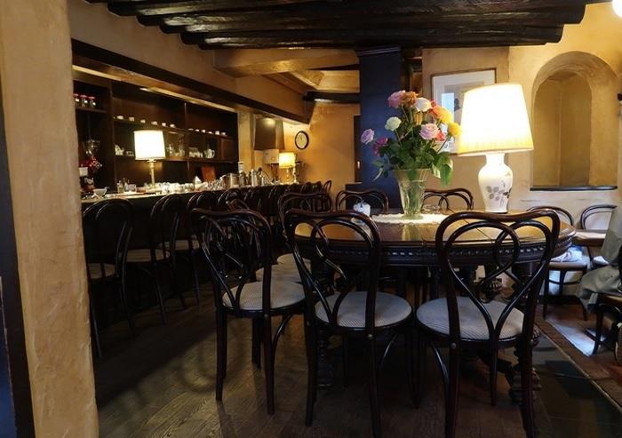 大テーブルには、いつも品種の異なる新鮮なバラが活けられて。