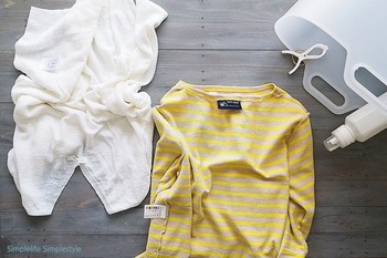 洋服の型崩れを防ぐため、ファスナーやフックは留めておきます。ただしシャツは、留めるとボタン付近に負荷が集中するため、外したままでOK。色の濃いものは色褪せないよう裏返しにし、絡まりやすいものはネットに入れます。